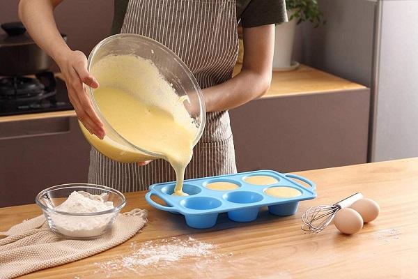 надо смазывать силиконовую форму для выпечки маслом
